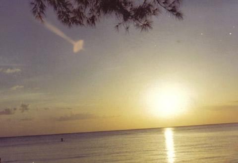 Снимката е правена през деня и оптичния ефект е от Слънцето