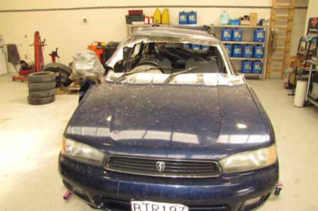 Автомобила на Рутгер, пробит от неизвестен летящ предмет - НЛО, както го нарекла полицията в Нова Зенландия. Част от предното стъкло с дупката е изрязано и пратено за експертиза Фото: Mountain Scene