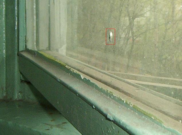 Странни дупки в прозорците - даже от вътрешната страна се намират и в Русия Фото: Соцсети