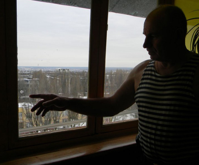 В прозореца на пенсионирания работник от милицията в Брянск Алексей Ивашков се появила дупчица на 8 март 2013 года. Изстрел от прашка не може да достигне до неговата квартира – много е нависоко.  Фото: Bryansktoday.ru